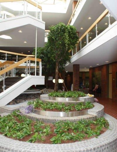 Eingangshalle und Treppenhaus mit Großpflanzen