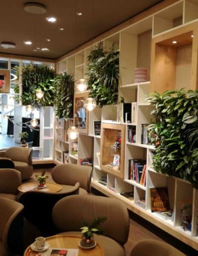 Pflanzenbilder in Möbelelementen