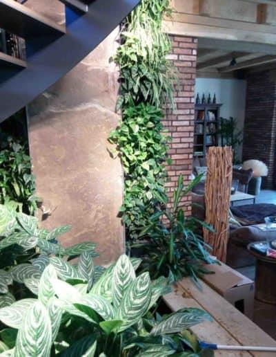 Privater Wohnbereich mit grüner Wand, Pflanzbecken und integrierten Felselementen